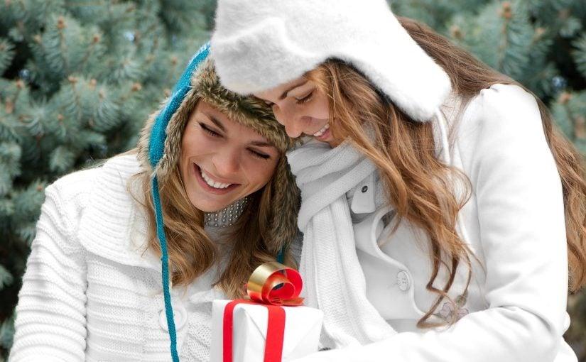 2 veninder der udveksler julegaver