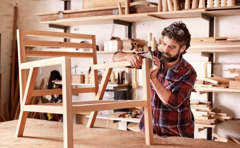 møbelsnedker der arbejder på en stol